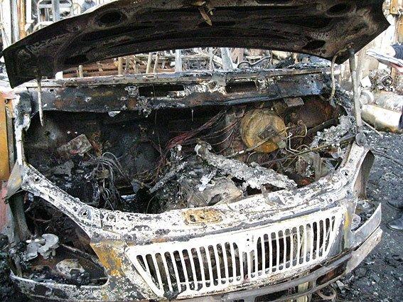 Взрыв в черниговском автопарке уничтожил 5 автобусов (фото) - фото 1