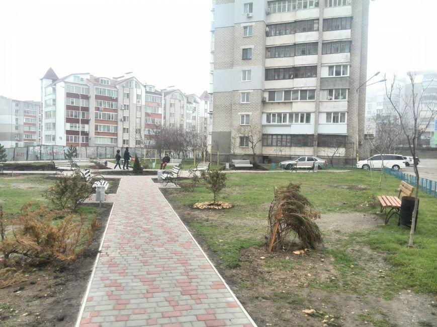 В Черноморске одним красивым двориком стало больше (фото) - фото 1