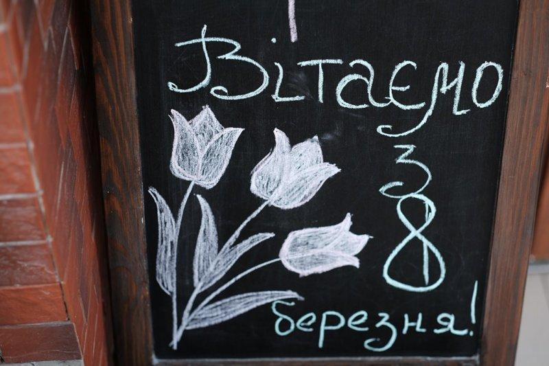 На квіткових ринках у Тернополі сьогодні ажіотаж (фото), фото-5