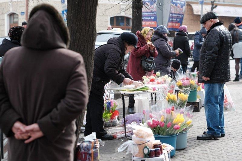 На квіткових ринках у Тернополі сьогодні ажіотаж (фото), фото-7