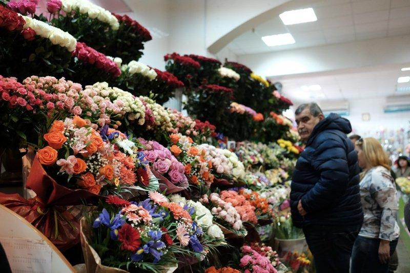 На квіткових ринках у Тернополі сьогодні ажіотаж (фото), фото-3