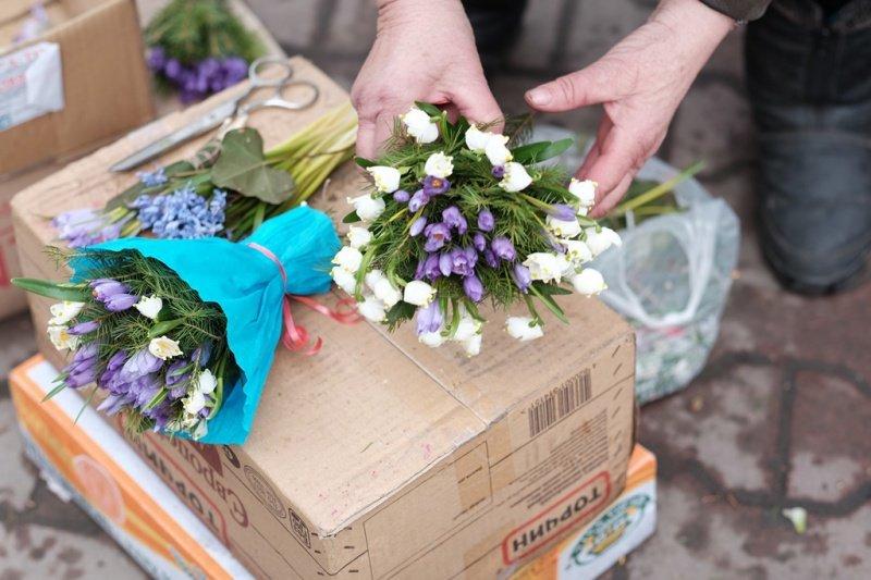 На квіткових ринках у Тернополі сьогодні ажіотаж (фото), фото-10