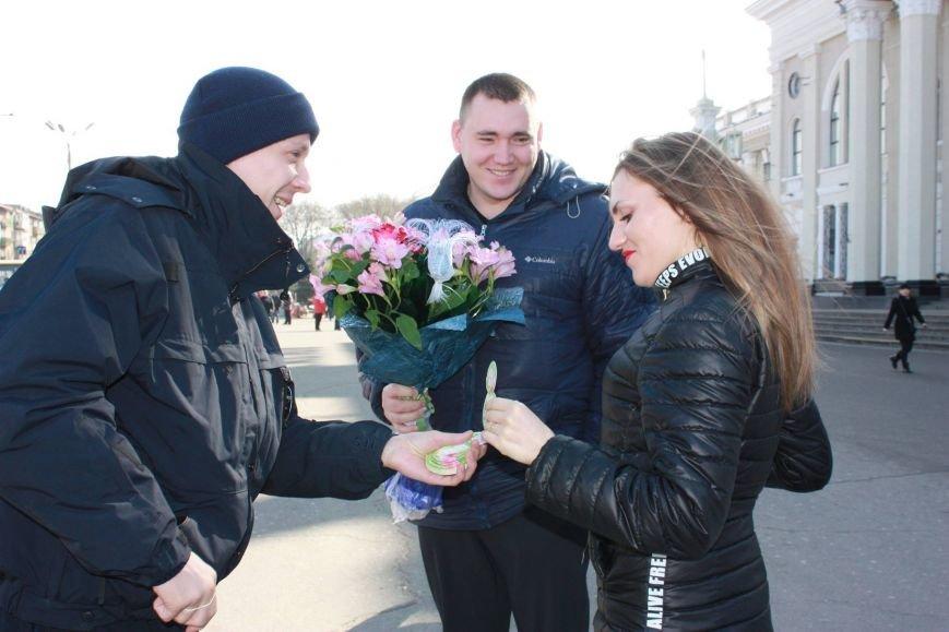 1db8b6a65c17ef42c5ccc82cd8cc92b7 Одесские полицейские удивляли женщин открытками