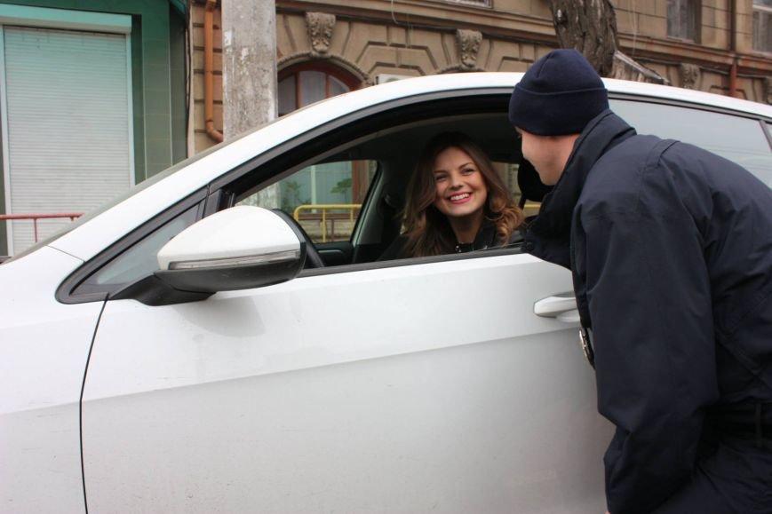 85fccb824144c8a6eead5c6c4d2216b5 Одесские полицейские удивляли женщин открытками
