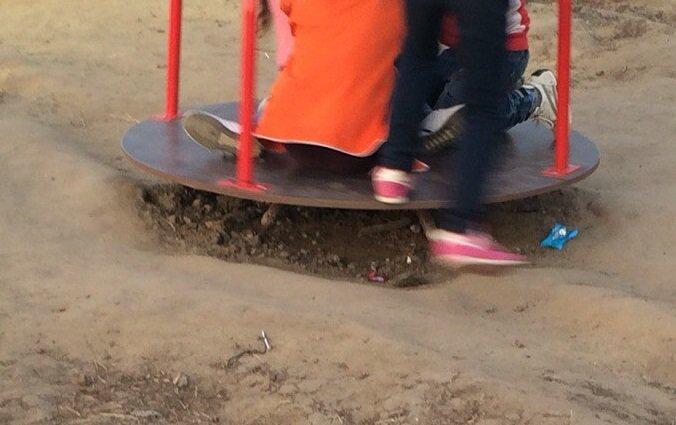 Опасно! Детская площадка под Анапой может стать причиной трагедии (фото) - фото 4