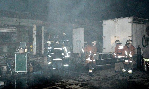Трое мужчин с пистолетами подожгли склад в Днепропетровске: сгорели 5 автомобилей (ФОТО) (фото) - фото 1