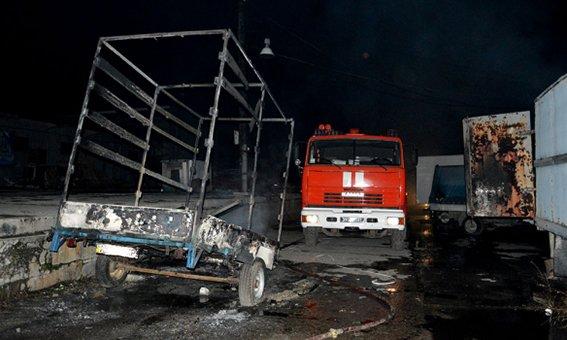 Трое мужчин с пистолетами подожгли склад в Днепропетровске: сгорели 5 автомобилей (ФОТО) (фото) - фото 2