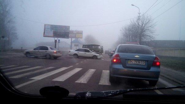 На перетині вулиць Повітряна-Левандівська не розминулись два автомобіля (ФОТО) (фото) - фото 1