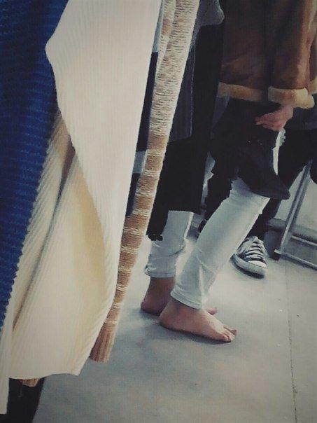 99dbbf4762d92bbc95f4f1c9b9d04144 В Одессе чудачка разгуливала босиком и с сапогами в руках
