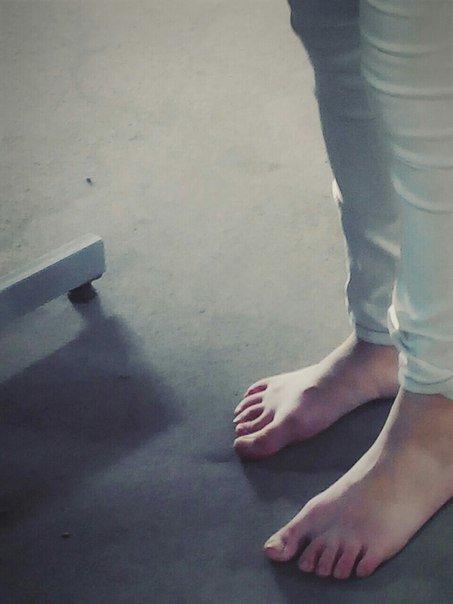 В Одессе чудачка разгуливала босиком и с сапогами в руках (ФОТО) (фото) - фото 1