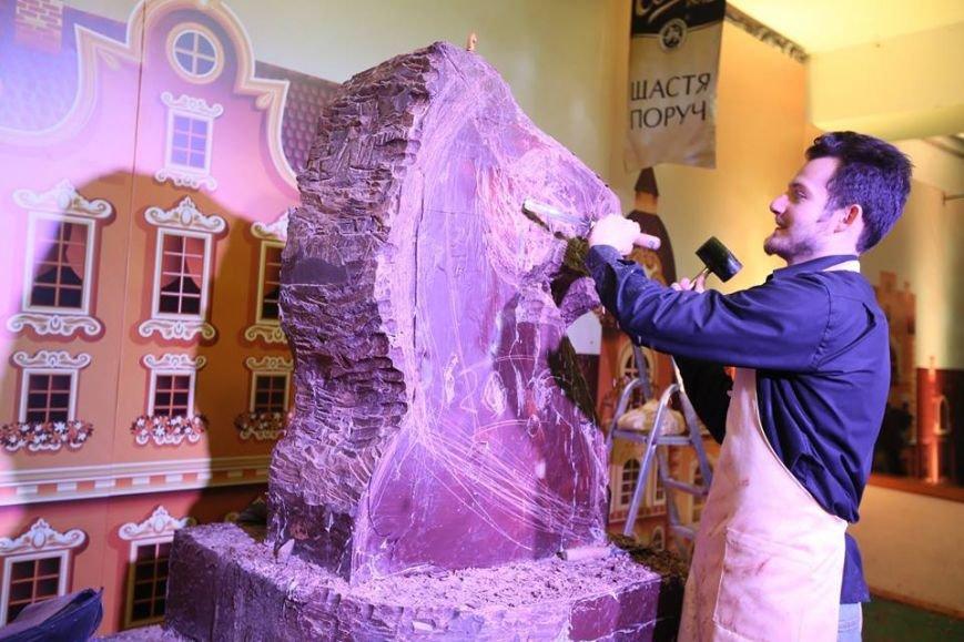 У Львові створили гігантську шоколадну скульптуру шахового коня (ФОТО), фото-2