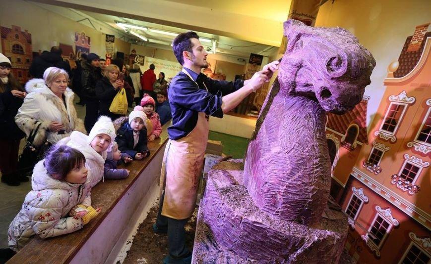 У Львові створили гігантську шоколадну скульптуру шахового коня (ФОТО), фото-1