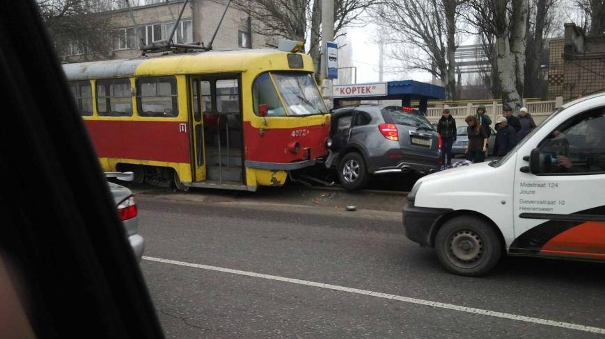 В Одессе трамвай сошел с рельсов и раздавил иномарку (ФОТО, ВИДЕО) (фото) - фото 1