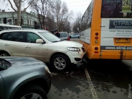 """38e606d22521516c6fb2a57dc813d788 В Сети появилось видео """"замеса"""" из трех машин и маршрутки в центре Одессы"""