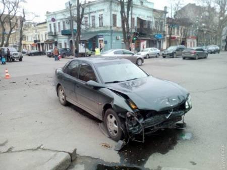 """8539a75aab77e21bed54a14c8a6fb9f8 В Сети появилось видео """"замеса"""" из трех машин и маршрутки в центре Одессы"""