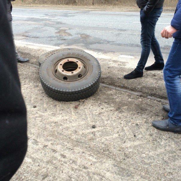 У маршрутки Черкаси-Київ під час руху відлетіли два колеса (ФОТО) (фото) - фото 1