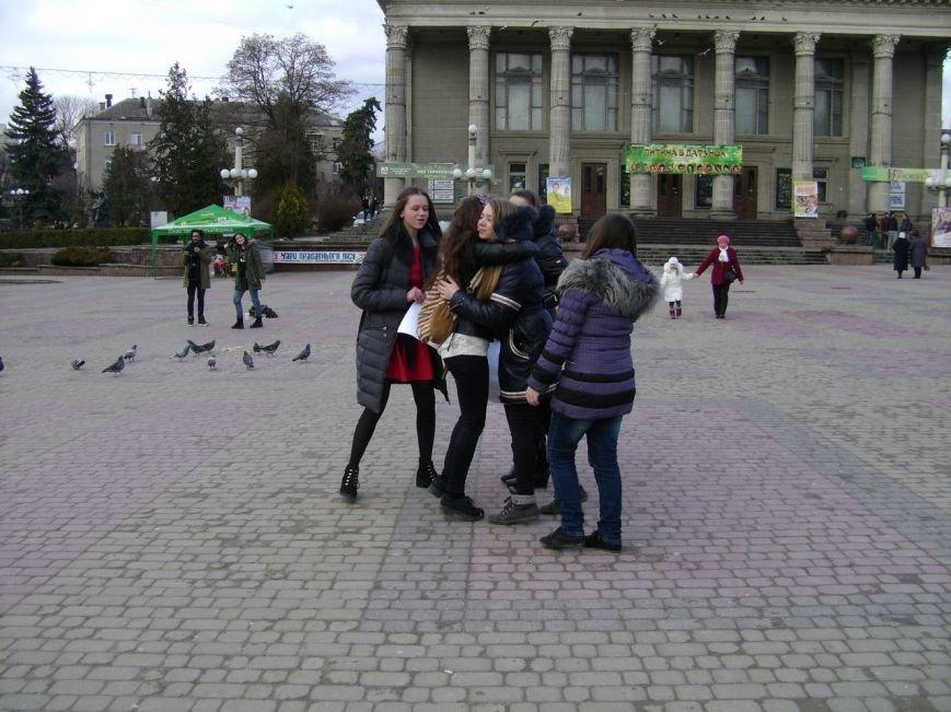 Молоді тернополяни піднімали настрій перехожим (фото) (фото) - фото 1