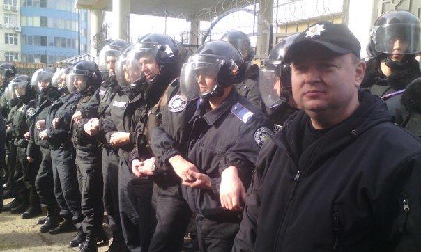 8fe37a83a88e33d897fcdc30b077c90f Полиция со всех сил спасает консульство страны-агрессора от одесситов