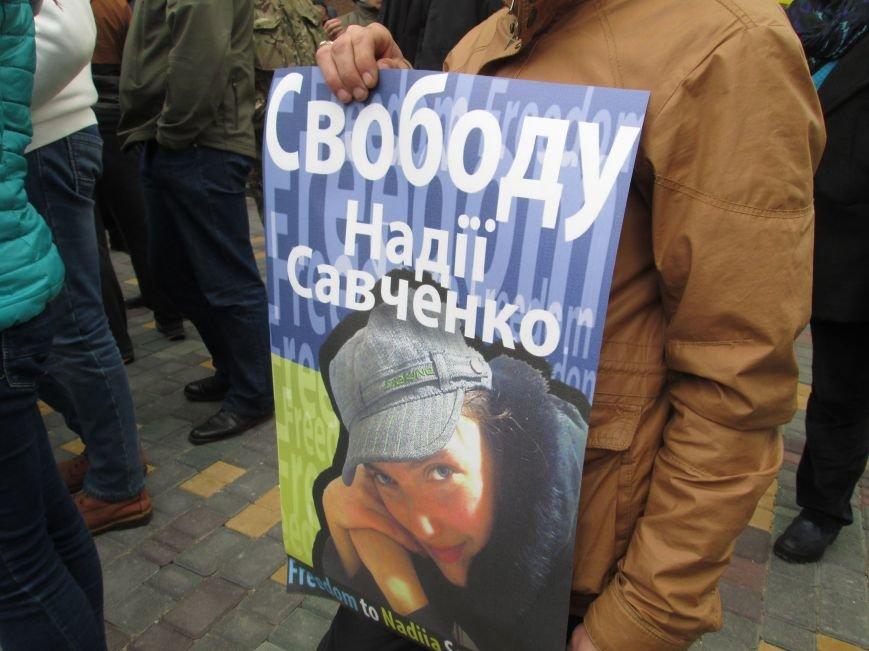 e6df206f319e6a6a63e8a7ac75168c29 #FreeSavchenko: Штурм одеского консульства России и сожжение диктатора Путина