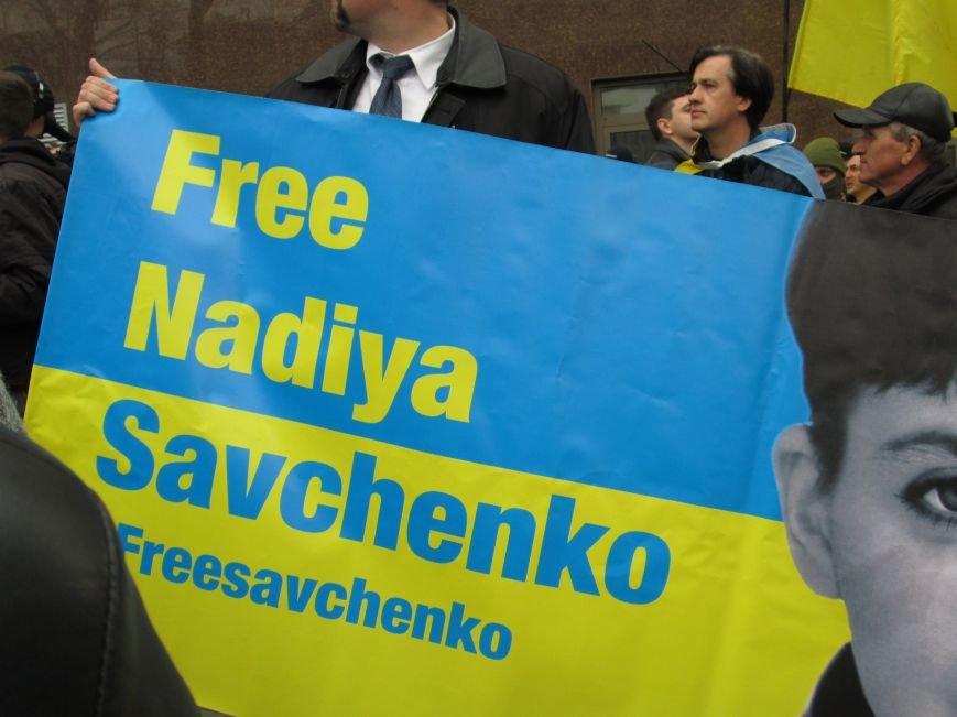 ef25f8746051c3fdc1f194fc5df52303 #FreeSavchenko: Штурм одеского консульства России и сожжение диктатора Путина