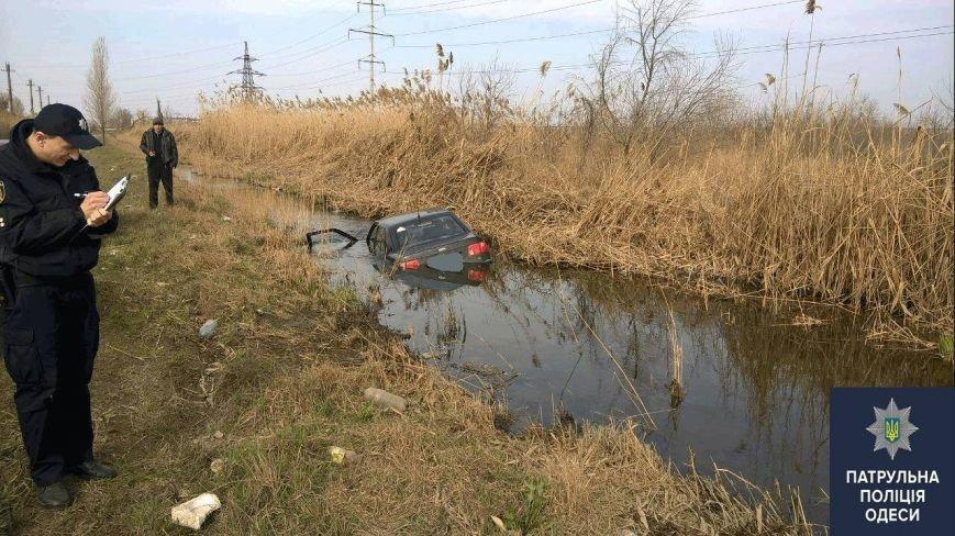 80c7f7e505363296b90e0c2023c1226d Пьяные одесситы 8 марта утопили автомобиль