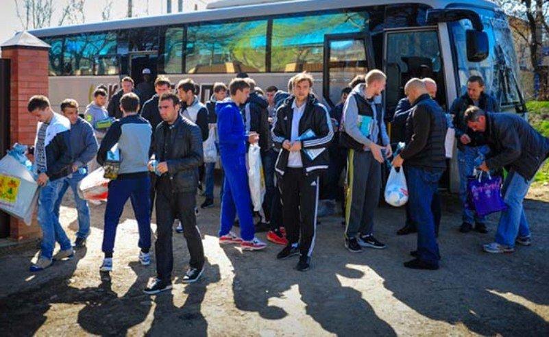 Футболисты  армавирского «Торпедо»  подарили подарки детям с ограниченными возможностями (фото) - фото 1