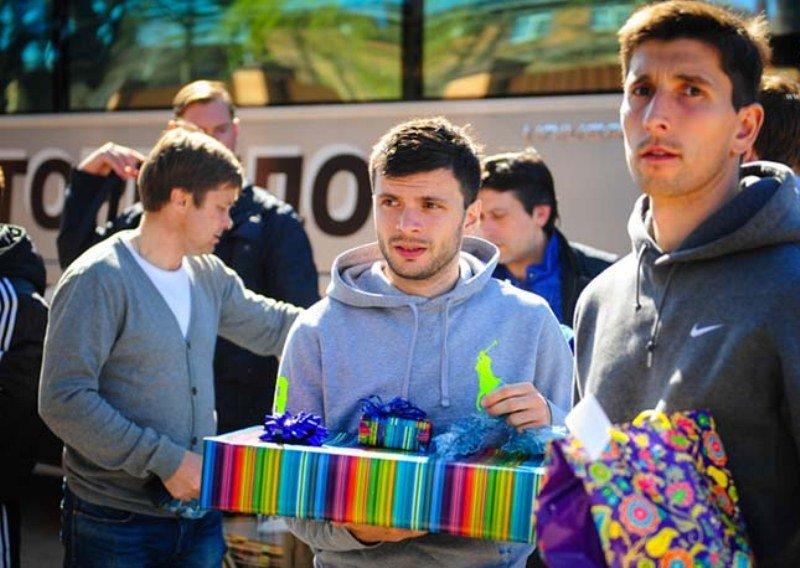 Футболисты  армавирского «Торпедо»  подарили подарки детям с ограниченными возможностями (фото) - фото 2