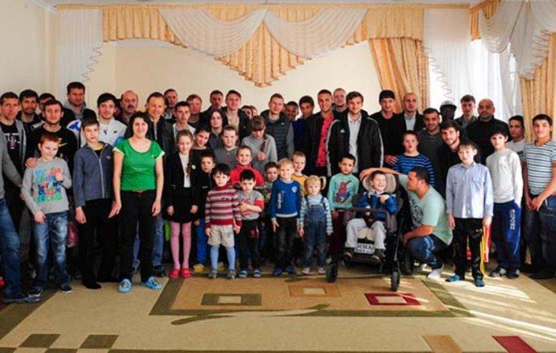 Футболисты  армавирского «Торпедо»  подарили подарки детям с ограниченными возможностями (фото) - фото 3