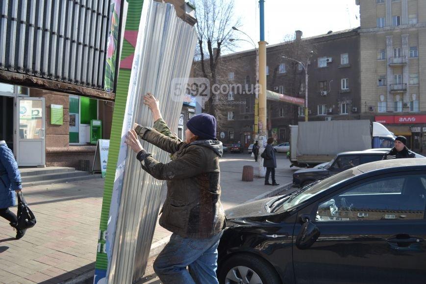 В центре Днепродзержинска на автомобиль упала часть билборда (фото) - фото 3