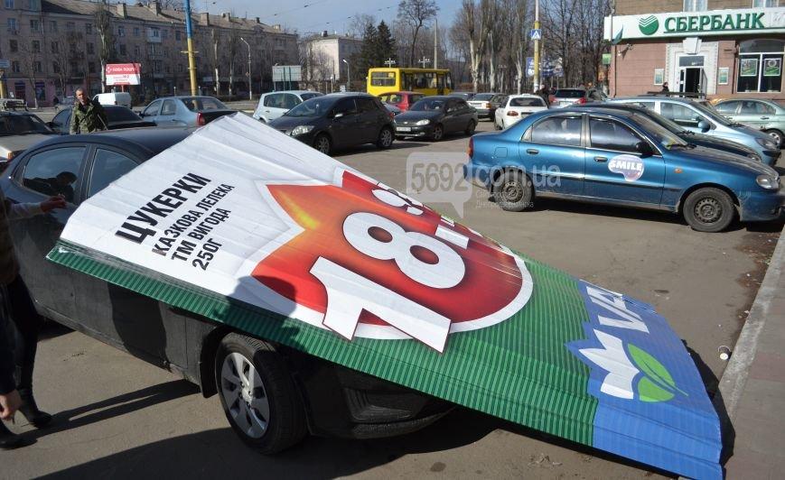 В центре Днепродзержинска на автомобиль упала часть билборда (фото) - фото 1