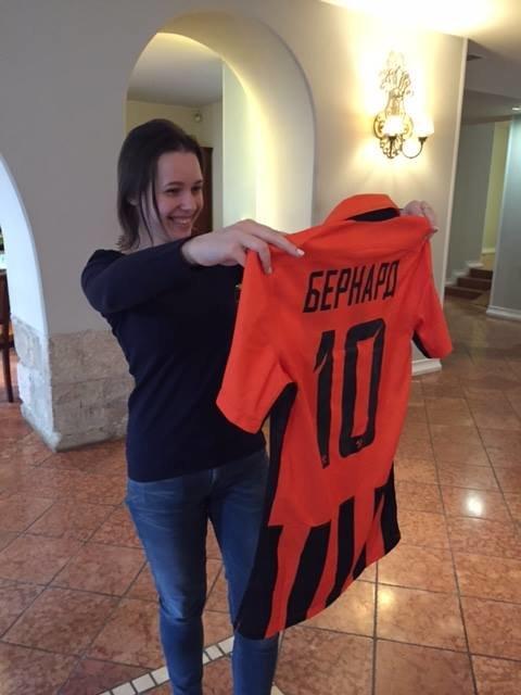 """Наставник """"Шахтаря"""" подарував Марії Музичук футболку """"гірників"""" із автографами гравців (ФОТО), фото-2"""