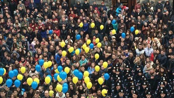 Декілька сотень львів'ян урочисто виконали Державний Гімн України (ФОТО) (фото) - фото 3