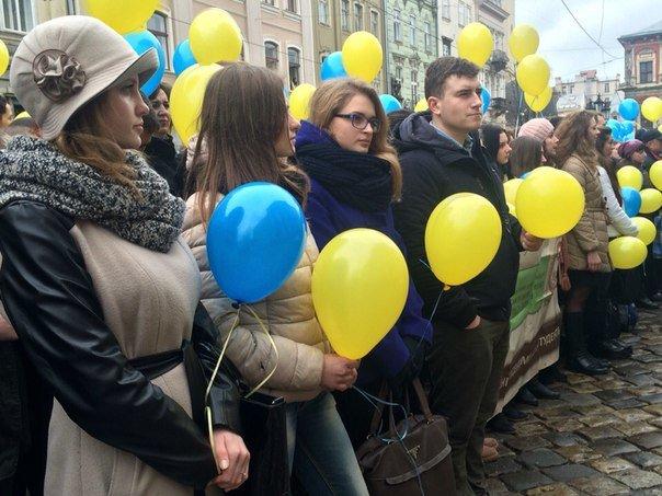 Декілька сотень львів'ян урочисто виконали Державний Гімн України (ФОТО) (фото) - фото 7