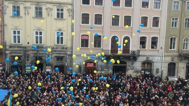 Декілька сотень львів'ян урочисто виконали Державний Гімн України (ФОТО) (фото) - фото 12
