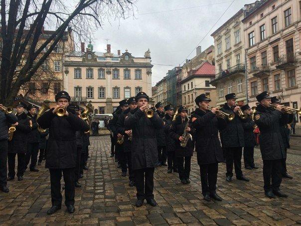 Декілька сотень львів'ян урочисто виконали Державний Гімн України (ФОТО) (фото) - фото 8