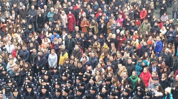 Декілька сотень львів'ян урочисто виконали Державний Гімн України (ФОТО) (фото) - фото 1