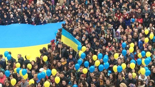 Декілька сотень львів'ян урочисто виконали Державний Гімн України (ФОТО) (фото) - фото 4
