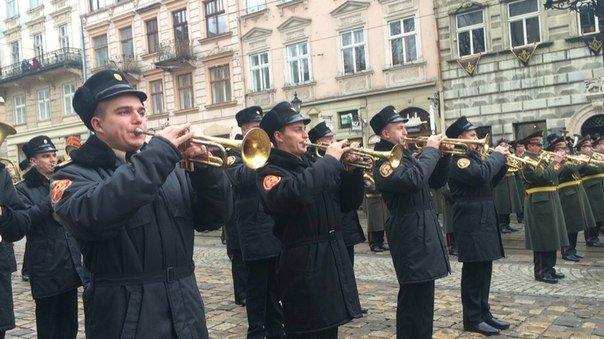 Декілька сотень львів'ян урочисто виконали Державний Гімн України (ФОТО) (фото) - фото 10