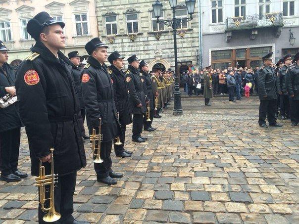 Декілька сотень львів'ян урочисто виконали Державний Гімн України (ФОТО) (фото) - фото 11