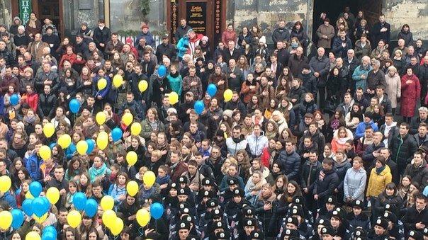 Декілька сотень львів'ян урочисто виконали Державний Гімн України (ФОТО) (фото) - фото 2