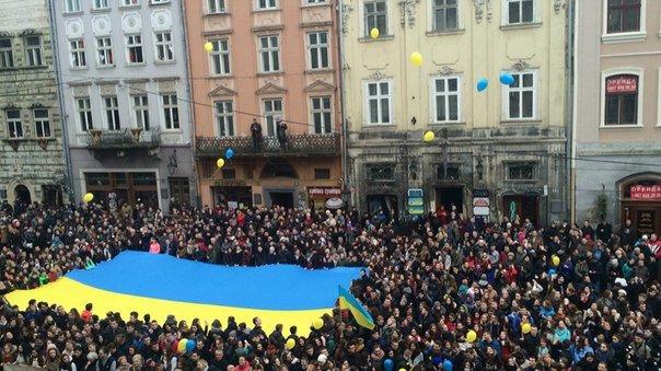 Декілька сотень львів'ян урочисто виконали Державний Гімн України (ФОТО) (фото) - фото 6
