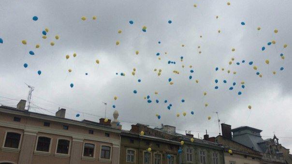 Декілька сотень львів'ян урочисто виконали Державний Гімн України (ФОТО) (фото) - фото 13