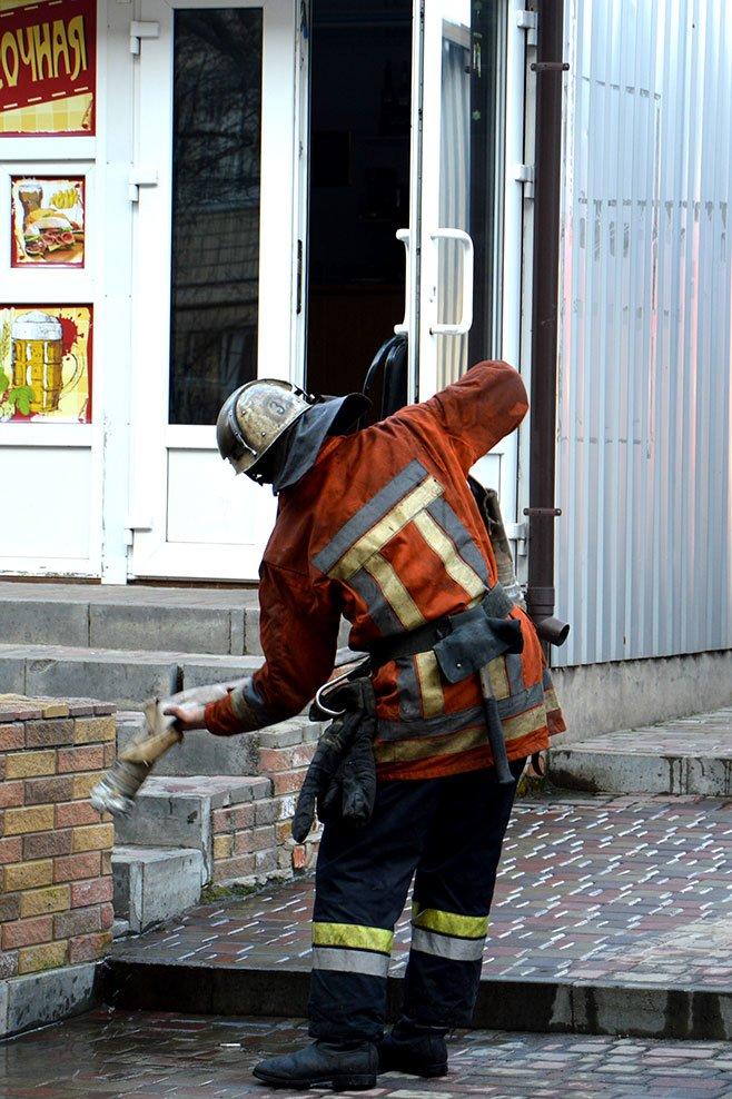 На Донецком шоссе в Днепропетровске горел бар: подробности (ФОТО, ВИДЕО) (фото) - фото 2