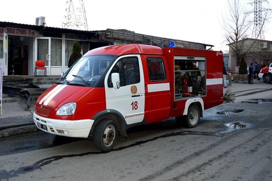 На Донецком шоссе в Днепропетровске горел бар: подробности (ФОТО, ВИДЕО) (фото) - фото 1