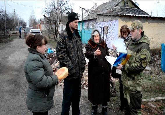 Начальник полиции Красноармейского района вчера в Карловке обсудил с местными жителями проблемы  мародерства в прифронтовой зоне (фото) - фото 4