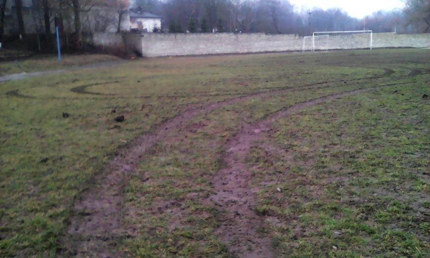 На Тернопільщині невідомі «автогонщики» влаштували ралі на футбольному стадіоні школи (фото) (фото) - фото 1