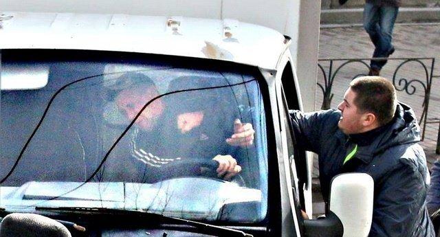 Начальника вінницької поліції облили водою активісти Автомайдану [фото, відео] (фото) - фото 1