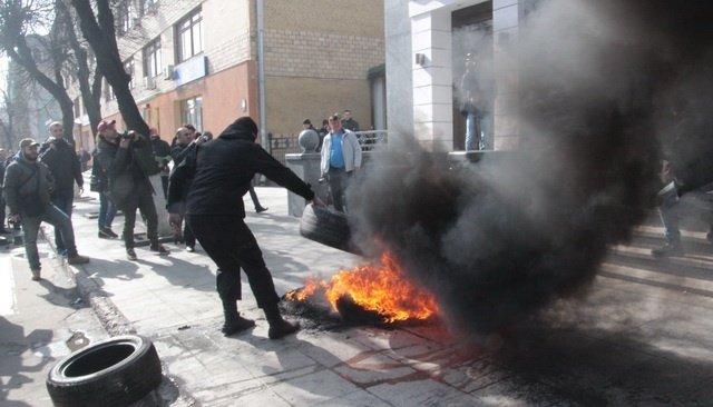 Начальника вінницької поліції облили водою активісти Автомайдану [фото, відео] (фото) - фото 2