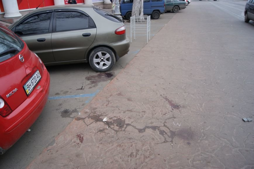 7691dc5b177a02bf1c32427243d8d68f Застывшая кровь на асфальте: Как выглядит место вчерашнего нападения на машину инкассаторов в Одессе