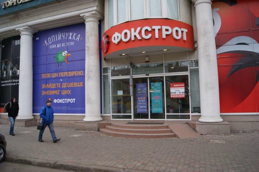 Застывшая кровь на асфальте: Как выглядит место вчерашнего нападения на машину инкассаторов в Одессе (ФОТО) (фото) - фото 1